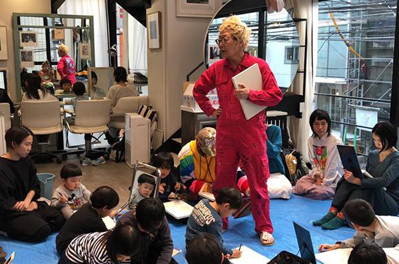 画家でありイラストレーターであり絵本作家であるMAYAMAXXさんとは、boy Tokyoのサロン内で絵画ワークショップを開催。